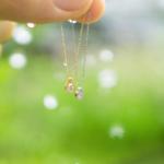 雨の中のネックレス ゴールドとプラチナ