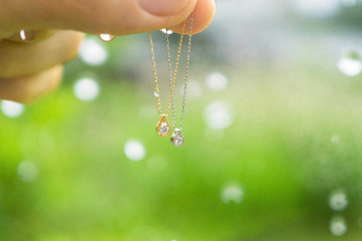 雨の中のネックレス プラチナ、ゴールド、ダイヤモンド