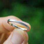 屋久島の緑の中 手に取った結婚指輪