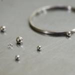 作業中のプラチナリングとダイヤモンド