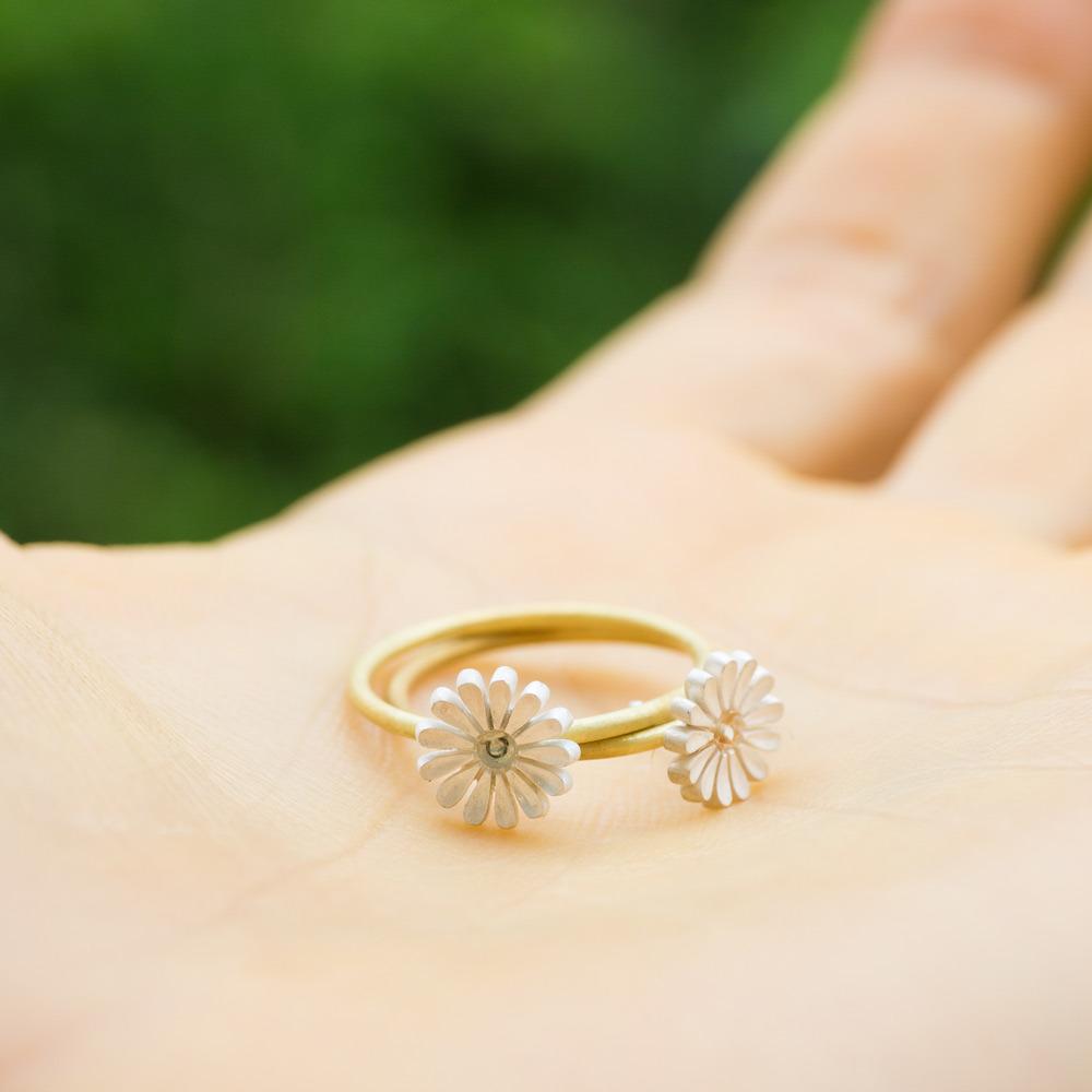 手のひらに乗せたお花の指輪