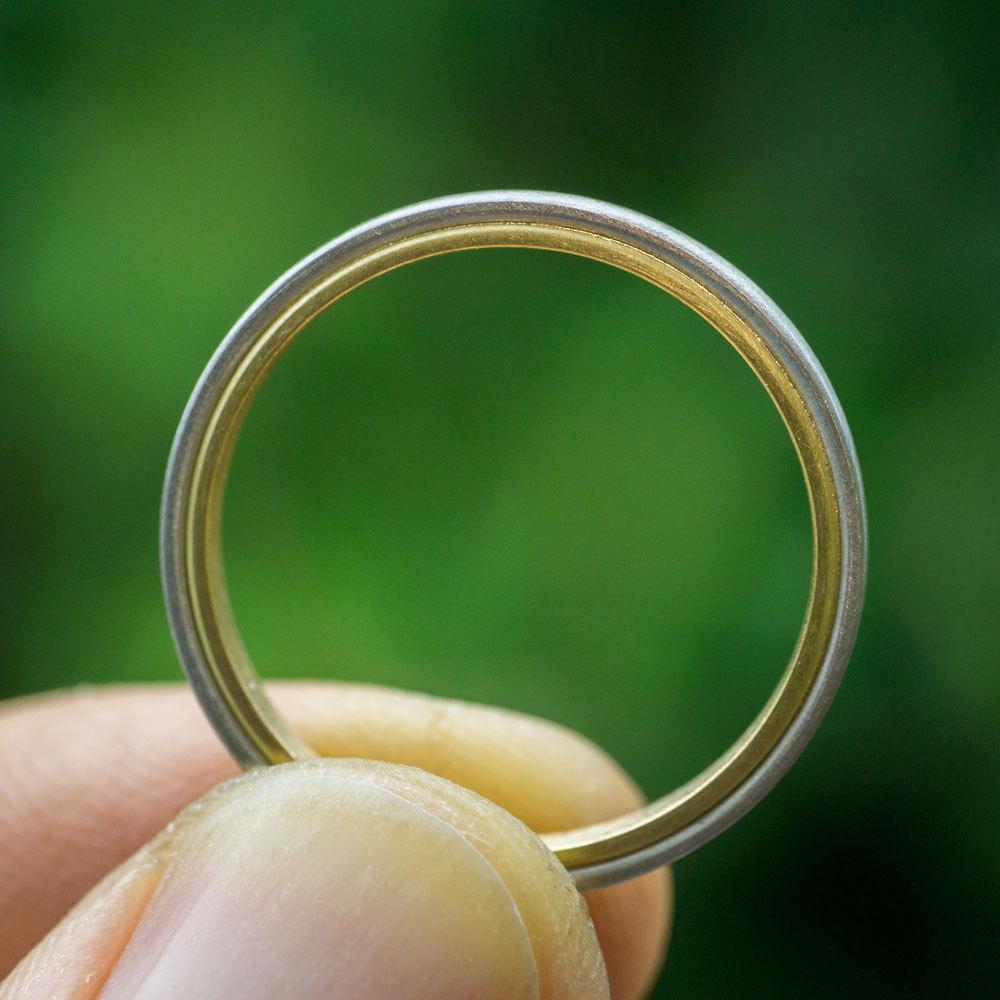 オーダーメイドマリッジリングの制作風景 屋久島の緑バック プラチナ、ゴールド 屋久島で作る結婚指輪
