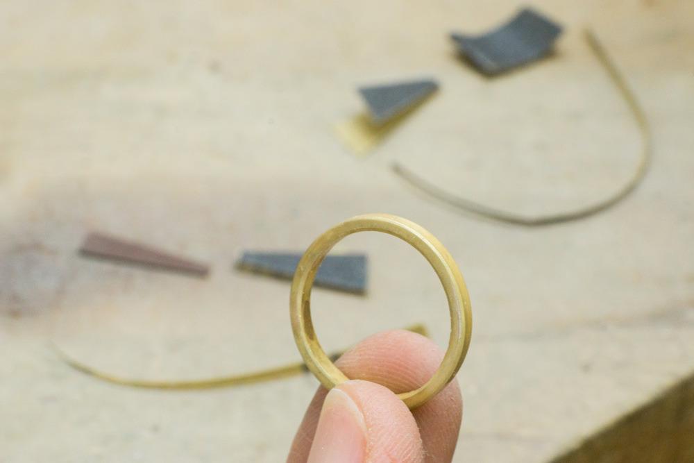 オーダメイドマリッジリングの制作風景  手に持って ゴールドリング 屋久島でつくる結婚指輪