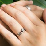 手、オーダーメイドのマリッジリング プラチナ、ダイヤモンド 屋久島の緑バック 屋久島で作る結婚指輪