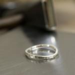 ジュエリーの制作風景 槌目模様 シルバーのリング 屋久島で作る結婚指輪