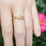 屋久島の山茶花バック 手 ゴールドとダイヤモンドのリング 屋久島で作る婚約指輪