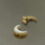 ジュエリーの制作風景 月形 屋久島の夜光貝 ゴールドのパーツ