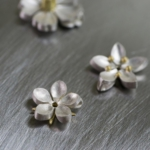 ハンドメイドジュエリーの制作風景 屋久島お花のネックレス シルバー、ゴールド