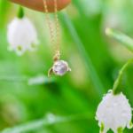 お花のネックレス 屋久島の緑バック ムーンストーン、ゴールド、シルバー ハンドメイドジュエリー