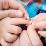 プラチナのリング 家族の手で囲む 屋久島でつくる結婚指輪