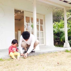屋久島しずくギャラリーの庭で遊ぶ子供とジュエリー作家 中村圭