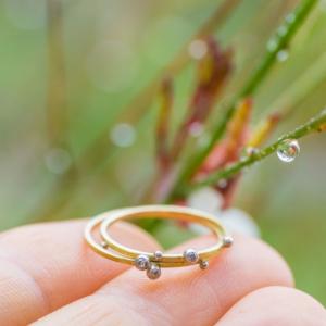 屋久島の雨しずくバック ゴールドの指輪 手にもって プラチナ、ダイヤモンド 屋久島でつくる結婚指輪