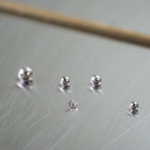 オーダーメイドジュエリーの制作風景 プラチナの粒、ダイヤモンド、ゴールドの線 屋久島の雨モチーフ