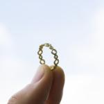 ゴールドのリング 手に持って 屋久島の空 屋久島で作る婚約指輪