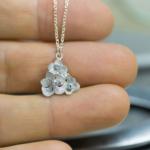 お花のネックレス 手に持って 屋久島の紫陽花モチーフ シルバー