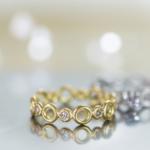 ゴールドの指輪、その奥にプラチナのリング ダイヤモンド 屋久島でつくる婚約指輪