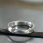 シルバーリング 結婚指輪のサンプル 作業台の上