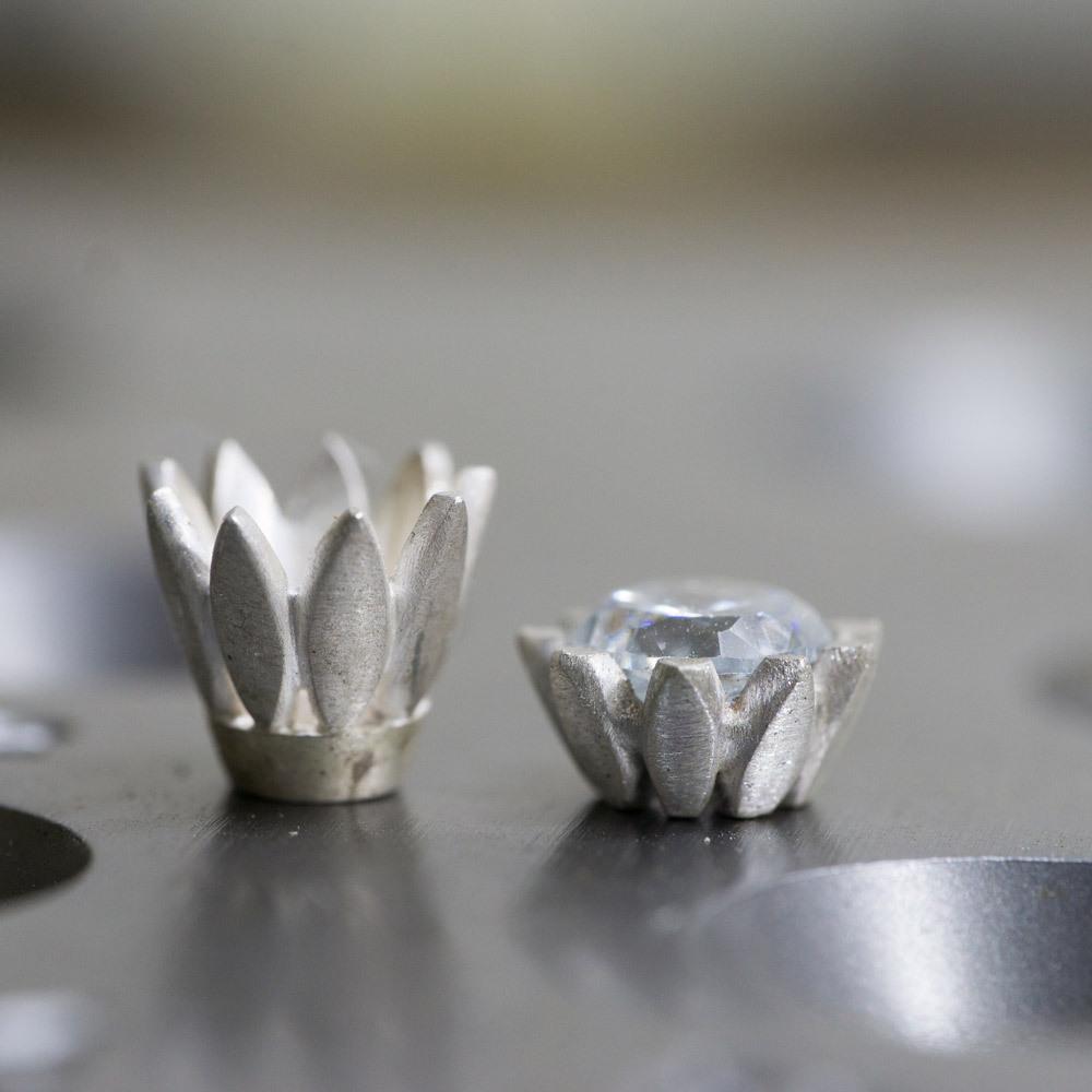 オーダーメイドのリメイクジュエリー 制作風景 お花の石枠 ダイヤモンド 婚約指輪