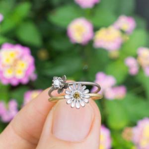 お花の指輪2本 手に持って 屋久島で作る婚約指輪