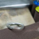 オーダーメイドリングの制作風景 プラチナリング シダ模様 屋久島で作る結婚指輪