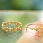 屋久島しずくギャラリー ジュエリーのディスプレイ オーダーメイドの婚約指輪、ゴールド、ダイヤモンド