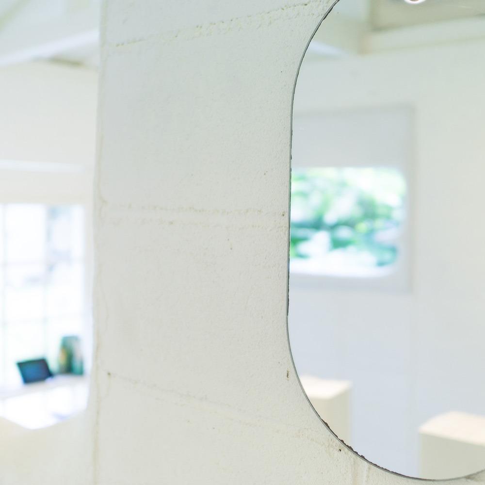 屋久島しずくギャラリー 館内 鏡に映る屋久島の緑