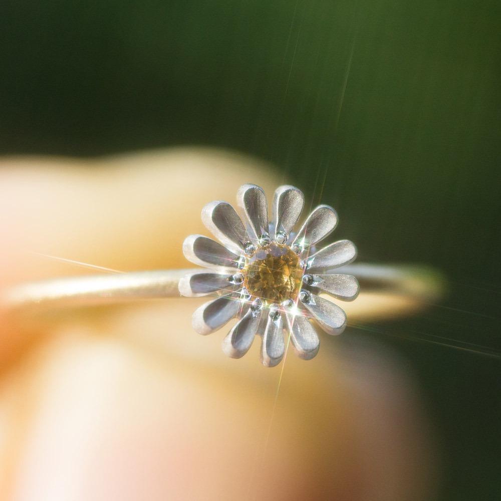 屋久島の緑バック オーダーメイドのお花リング 手に持って シルバー、ゴールド