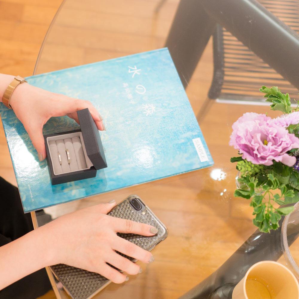 結婚指輪のケースを開く 打ち合わせ風景 屋久島でつくる結婚指輪