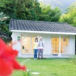 屋久島でつくる結婚指輪 ギャラリーの前の二人 オーダーメイドのマリッジリング