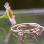 屋久島しずくギャラリー ジュエリーのディスプレイ ゴールドとプラチナのリング ダイヤモンド 屋久島でつくる婚約指輪
