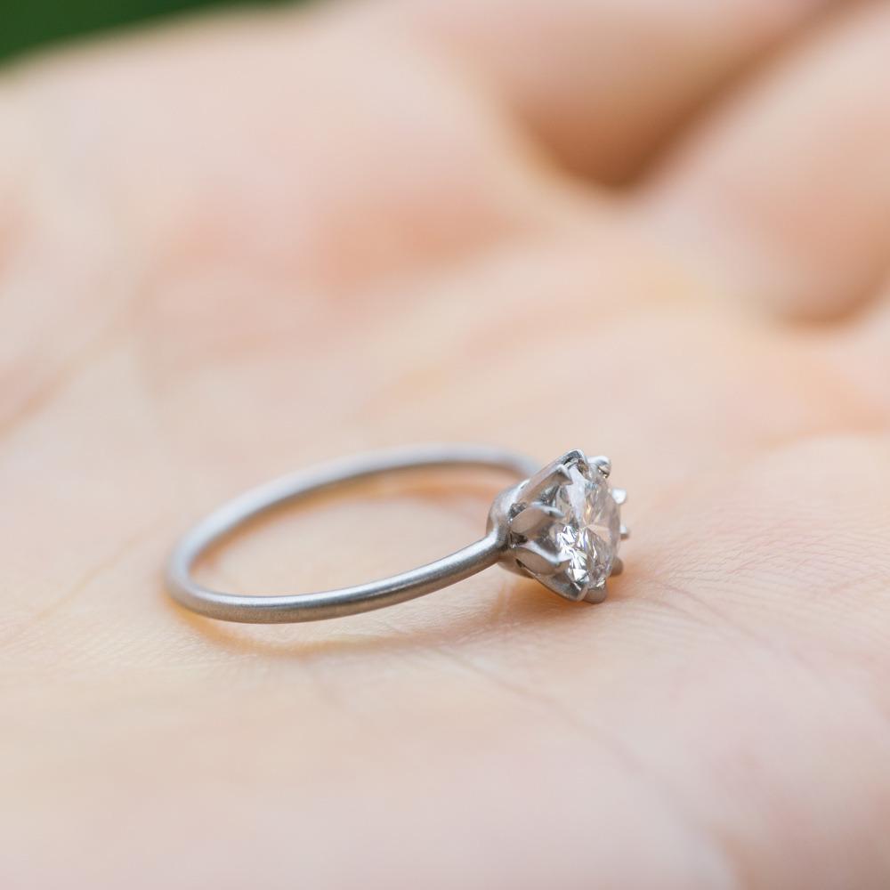屋久島でつくる婚約指輪 手に持って プラチナ、ダイヤモンド