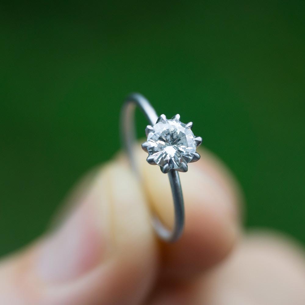 オーダーメイドのリメイクジュエリー プラチナとダイヤモンドのリング 屋久島の緑バック1