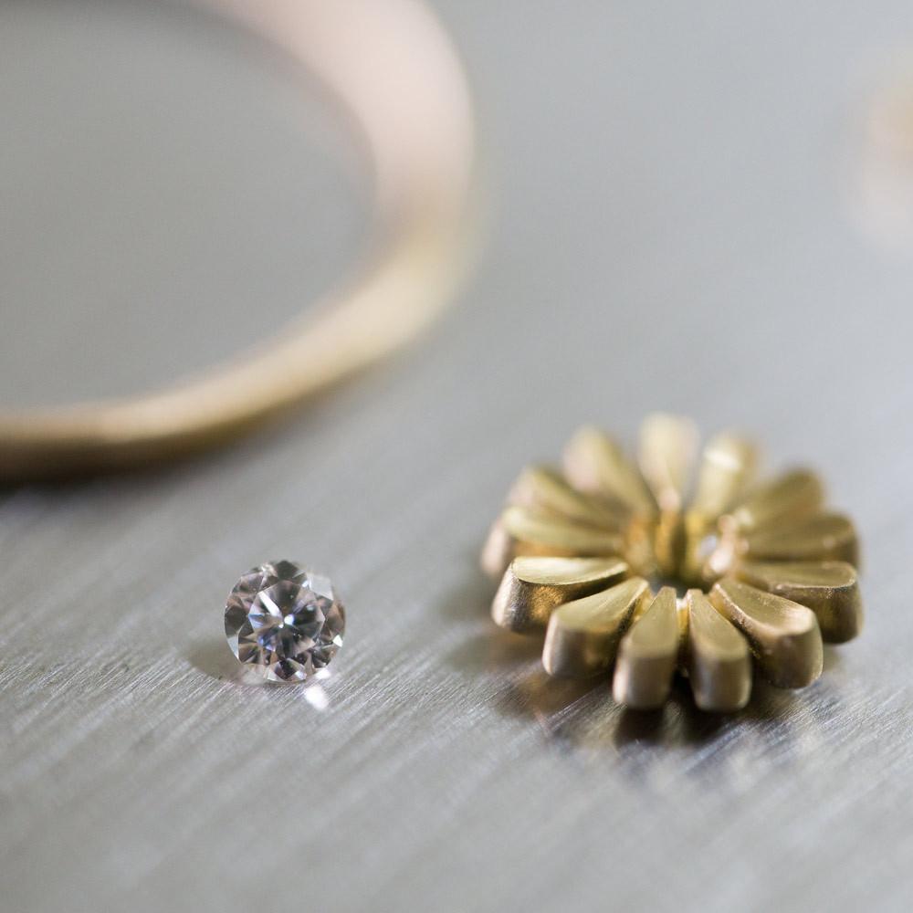 お花の指輪 製作中 ゴールド ダイヤモンド 屋久島のツワブキモチーフ