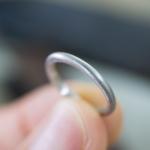 屋久島でつくる結婚指輪 制作風景 プラチナリング 手に持って