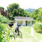 屋久島しずくギャラリー外観 と二人 屋久島でつくる結婚指輪