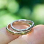 オーダーメイドリング 屋久島の緑バック 手に持って ゴールド、プラチナ 屋久島でつくる結婚指輪