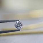 リメイクジュエリーの制作風景 ダイヤモンド、奥にゴールド 屋久島で作る婚約指輪