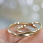シャンパンゴールドのマリッジリング 手のひらに乗せて 屋久島でつくる結婚指輪